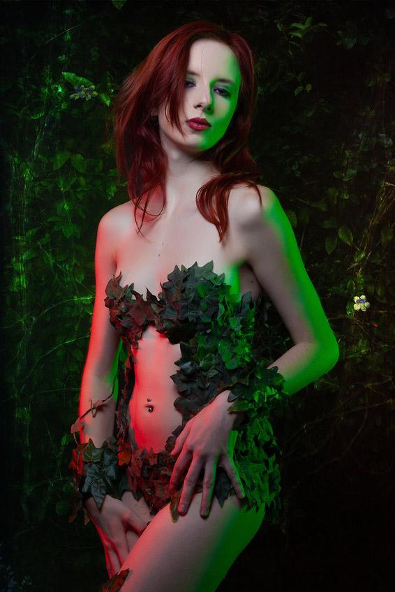 Junge Frau im sexy Poison Ivy Kostüm
