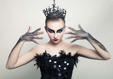 Fertiges Black Swan Kostüm Make-up an einer Ballerina