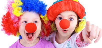 Zwei Kinder im Clown Kostüm