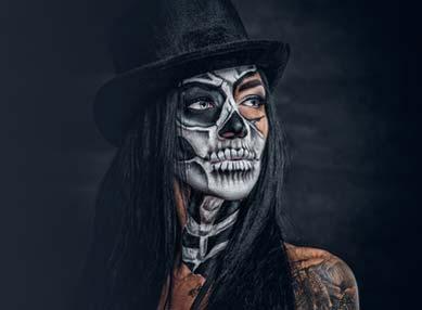Dame im Halloween Skelett Kostüm
