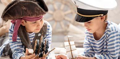 Kinder im Piratenkostüm