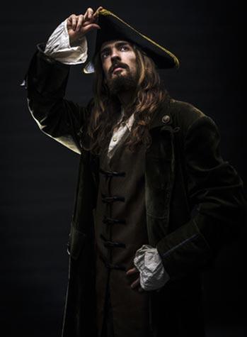 Piratenkostüm vor schwarzem Hintergrund