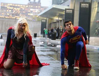 Superman Kostüm Anzug auf der Straße