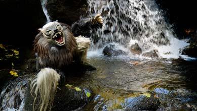 Werwolf Kostüm am Wasserfall
