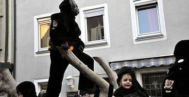 Affenkostüm im Karnevalsumzug