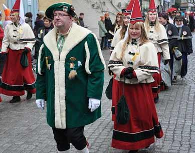 Burgfräulein Kostüm beim Faschingsumzug