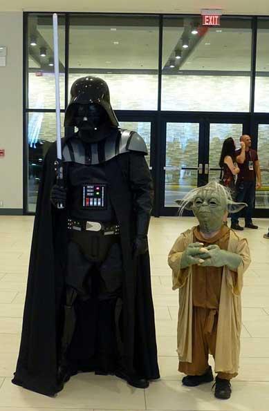 Darth Vader Kostüm neben Yoda Kostüm