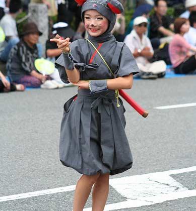 Mädchen im Mauskostüm auf Straße