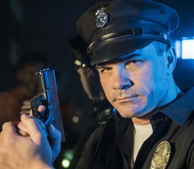 Polizei Kostüm Herren mit gezogener Waffe