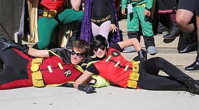 Zwei Herren posieren im Robin Kostüm