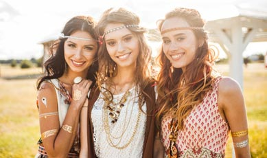 3 Mädchen im 70er Retro Kostüm