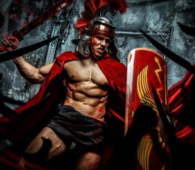 Römischer Krieger im antiken Kostüm