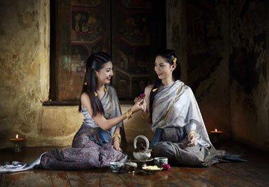 2 Damen tragen asiatische Kostüme aus Japan