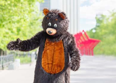 Bärenkostüm in der Stadt