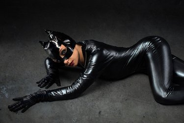 Frau im schwarzen Catwoman Kostüm