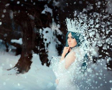 Disney Kostüme in winterlicher Landschaft