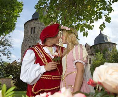 Dornröschen Kostüm mit Prinz vor Schloss
