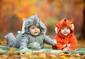 Zwei Babys im Elefantenkostüm