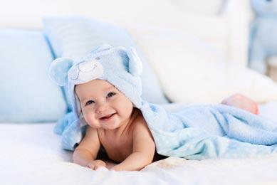 Baby im Glücksbärchi Kostüm