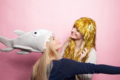 Zwei Freundinnen mit Hai Kostüm