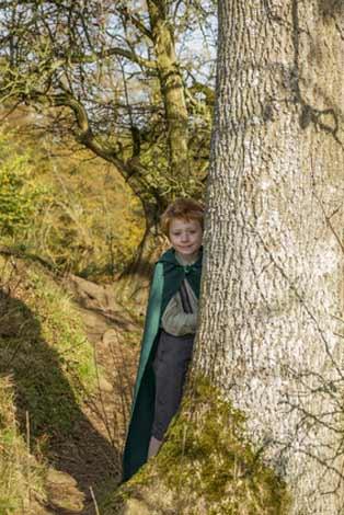 Hobbit Kostüm hinter einem Baum