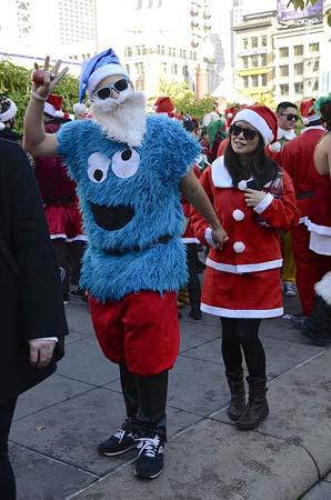 Krümelmonster Kostüm mit Freundin als Weihnachtsfrau