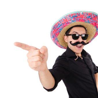 Männliche Person im Mexikaner Kostüm mit Sombrero