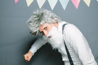 Opa Kostüm mit langem Bart beim Karneval