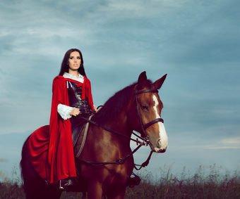 Junge Frau mit Pferdekostüm