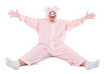 Dicker Mann im Schwein Kostüm