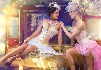 2 Damen tragen Sexy Kostüme