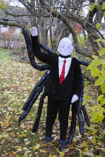 Slenderman Kostüm mit Spinnenbeinen angehängt