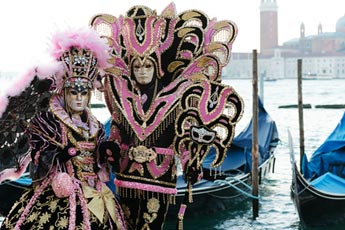 Venezianische Kostüme mit venezianischen Masken