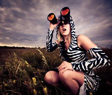 Zebra Kostüm hält Ausschau nach Gefahr